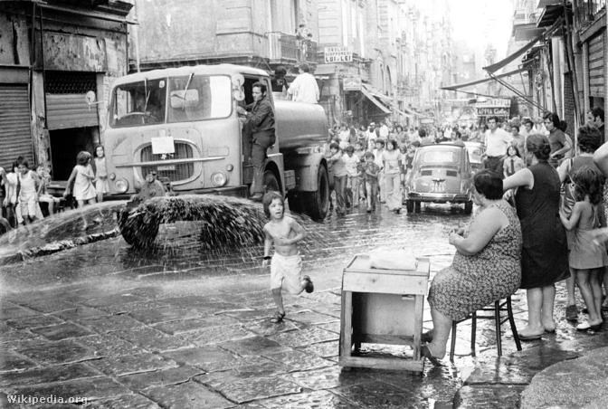 Nápolyi utca fertőtlenítése az 1973-as kolerajárvány idején