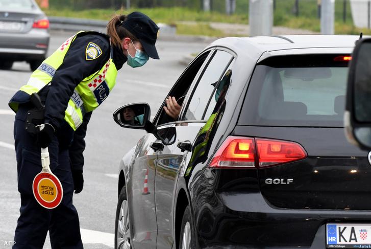 Rendőr állít meg egy autót egy ellenőrzőponton Zágráb mellett 2020 március 24-én.
