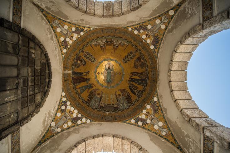 Körösfői-Kriesch Aladár mozaikja, Krisztus feltámadása. A fehér korongok a sérülésekre kerültek, és a mozaikelemek lepotyogását akadályozzák meg.