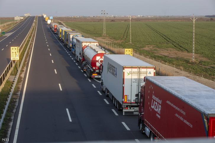 Kamionok várakoznak a csanádpalotai magyar-román autópálya-határátkelõhely közelében az M43-as autópályán 2020. március 20-án
