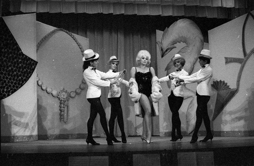 Medveczky Ilona táncosnő és a tánckar 1965-ben a Kamara Varieté (ma Játékszín) Pesti álmok című előadásban
