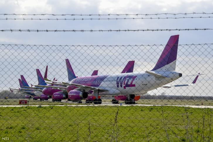 A Wizz Air légitársaság repülőgépei parkolnak a Debreceni Nemzetközi Repülőtér kifutópályája mellett 2020. március 22-én. A koronavírus-járvány miatt törölt illetve ideiglenesen szünetelő járatok miatt a légitársaság kilenc gépe parkol a légikikötőben.
