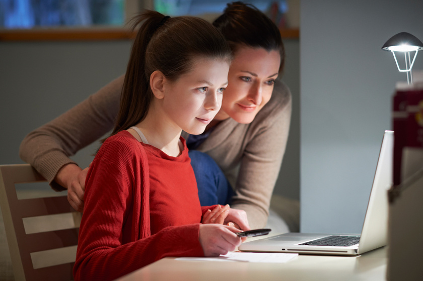 online laptop tanulas kislany anya