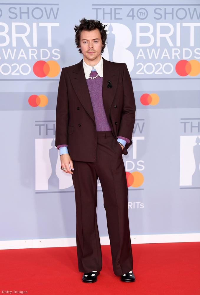 Búcsúzunk ezzel a szolid, gyöngysoros képpel Harry Stylestől, akivel akár szimpatizál, akár nem, nem lehet elvitatni tőle, hogy egy igazi divatikonná cseperedett az évek alatt