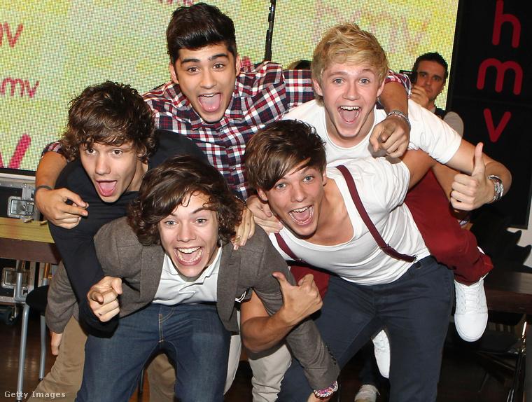 Íme, így ismerhette meg Harry Stylest, az angol X-Faktorban összeeszkábált fiúcsapat, a One Direction énekeseként (a képen legalul)