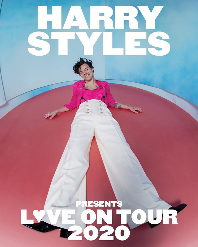 Az idei (koronavírus miatt offolt) turnéját reklámozó plakátja sem mentes az effektektől, itt éppen úgy néz ki Styles, mint aki gólyalábakat rejtett nadrágja alá, majd arra húzta fel a cipőjét.