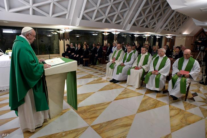 Ferenc Pápa beszél a Szent Márta-ház kápolnájában 2016-ban