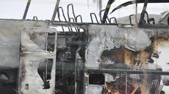 Kigyulladt egy ukrán vendégmunkásokkal teli busz az M0-son