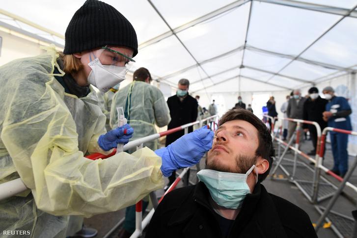 Koronavírus tesztelést mutat be egy egészségügyi dolgozó Münchenben 2020. március 23-án