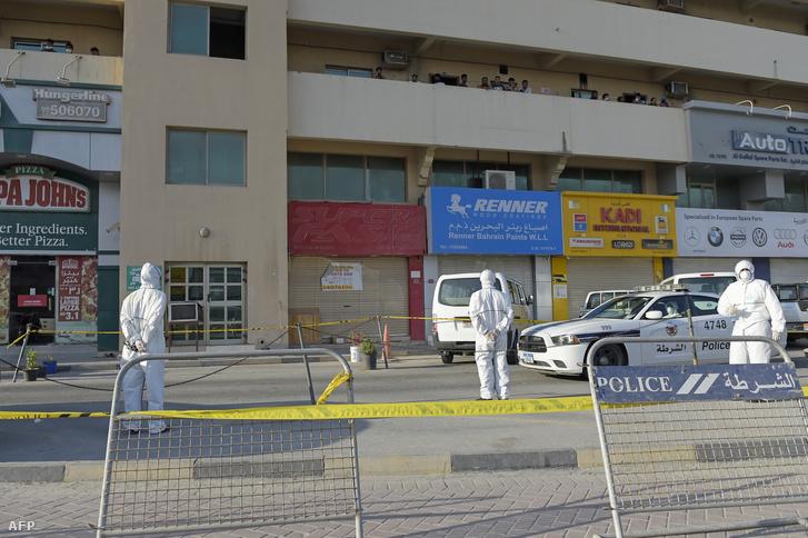 Rendőrök zárnak le egy külföldiek által lakott munkásszállót Bahreinben 2020. március 13-án, miután az egyik lakó koronavírustesztje pozitív lett.