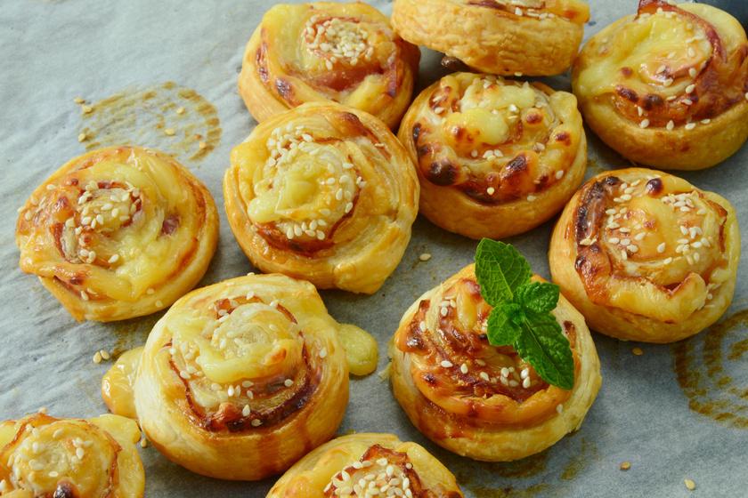 Ropogós sajtos csiga leveles tésztából: pikk-pakk elkészül