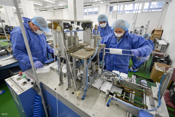 Egészségügyi védőmaszkokat készítenek a fogvatartottak a Hajdú-Bihar Megyei Büntetés-végrehajtási Intézetben, Debrecenben 2020. március 26-án.