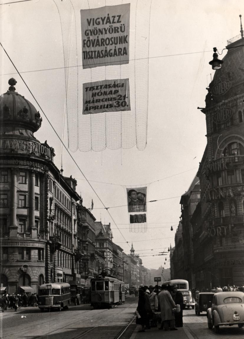 A köztisztaság kérdése folyamatosan napirenden volt a II. világháború utáni évtizedekben, a közegészségügyi tájékoztatás és központi propaganda a közterületek rendben tartását is gyakran sulykolta. A Tiszta Budapestért mozgalom egyik célkitűzése az volt,hogy az utcák, terek tisztán tartásával is visszább szoruljanak a fertőző betegségek.