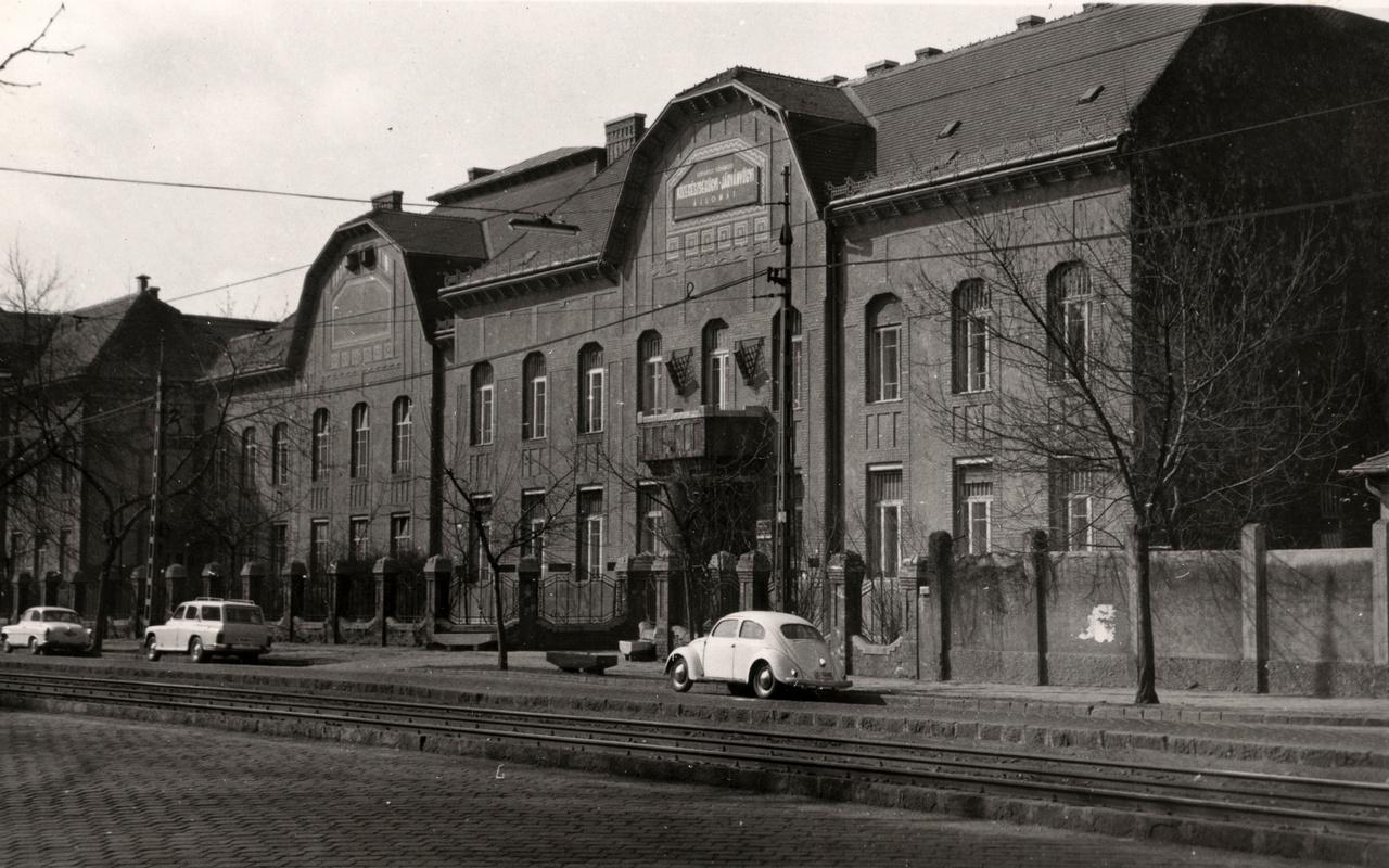 A Székes Főváros Fertőtlenítő Intézet 1911-12 között épült, mérsékelten díszes, kora szecessziós épülete a Váci úton, valamikor a hatvanas években. A fertőtlenítő intézet ekkor Budapest Főváros Közegészségügyi-Járványügyi Állomás néven működött. Vagy ahogy az ÁNTSZ 2007-es létrehozásáig mindenki ismerte: Köjál.