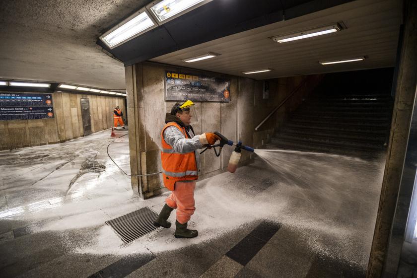 A Fővárosi Közterület-fenntartó Zrt. munkatársa fertőtlenít a koronavírus-járvány miatt az Astoria aluljáróban 2020. március 26-án.
