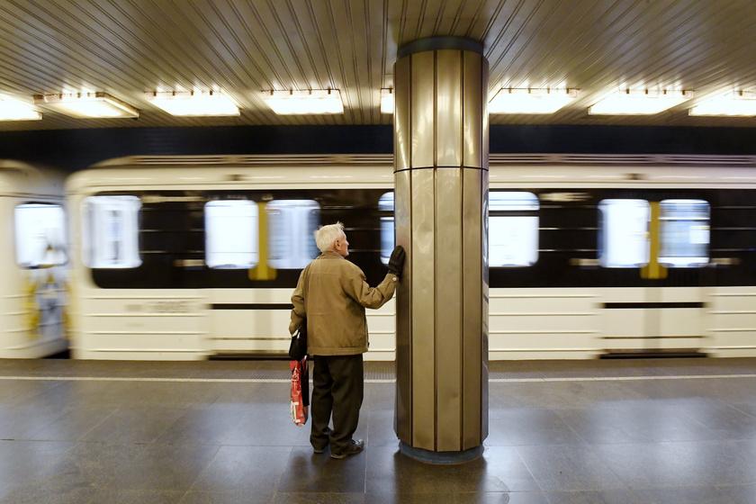 Idős férfi a budapesti metró Deák téri állomásán márciusban.