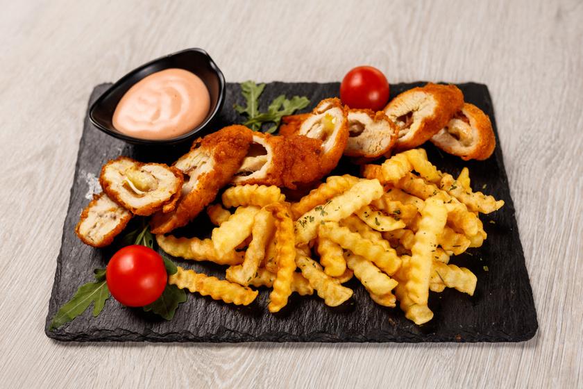 Isteni sajtos csirkemell ropogós bundában: egyszerre omlós és ropogós