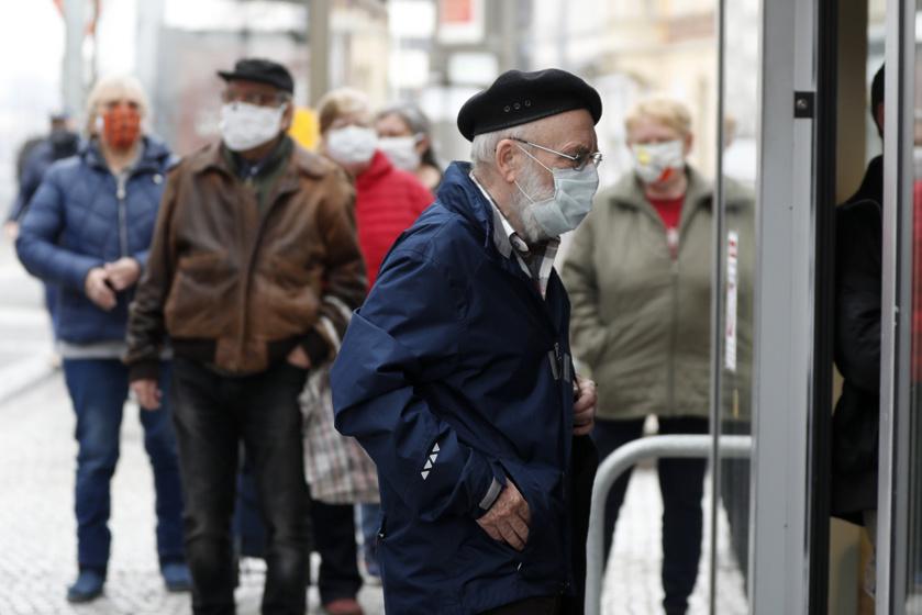 Az idős férfi éppen egy prágai áruházba sétál be.