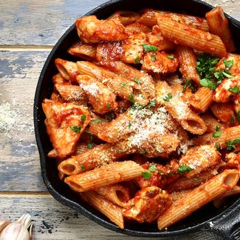 Laktató csirkés-parmezános egylábasos tészta – Nem kell hozzá sok minden