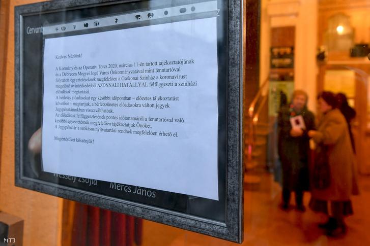 A debreceni Csokonai Nemzeti Színház ablakára kiragasztott tájékoztató