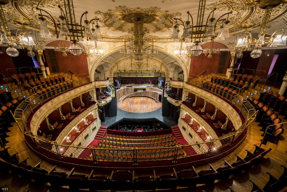 A Pécsi Nemzeti Színház üres nagyterme