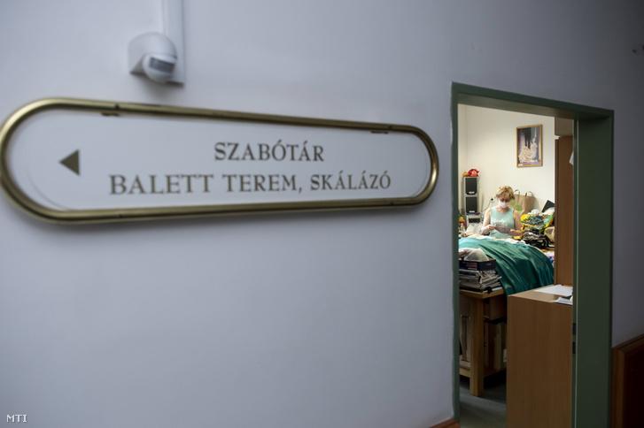 Szájmaszkot készít a varrodában az egri Gárdonyi Géza Színház egyik munkatársa 2020. március 26-án.