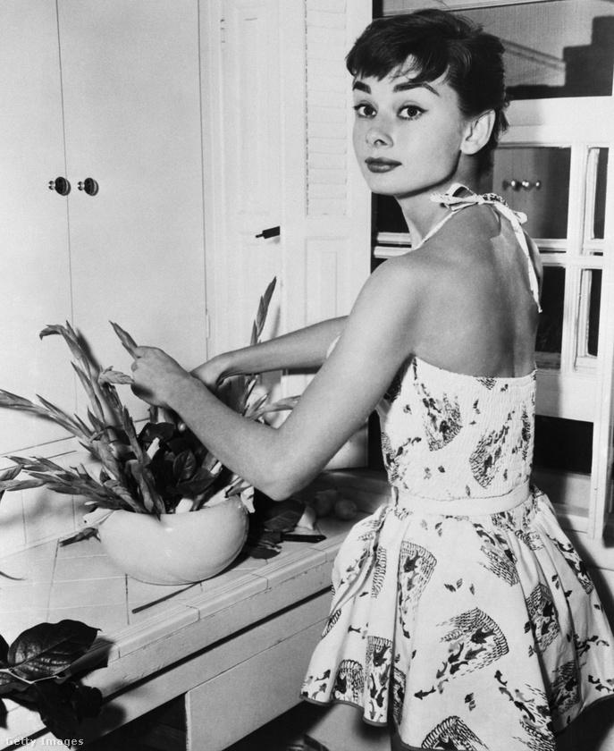 Ez az 1954-es fotó természetesen Audrey Hepburn színésznőt ábrázolja, amint éppen rendezkedik a lakásában.