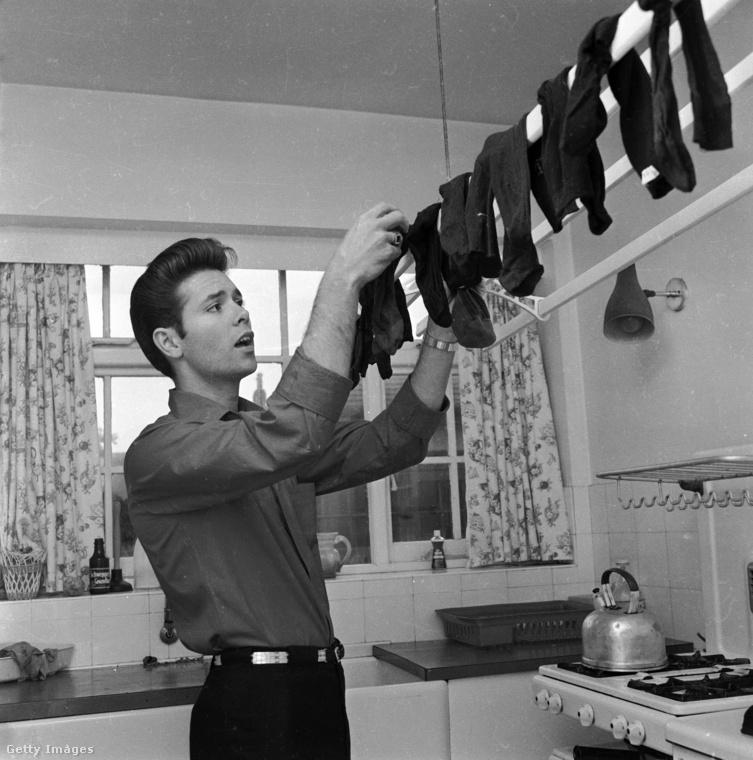 Cliff Richard szintén maga mögött tudhatott pár No1 slágert 1962-ben, amikor ez a kép készült róla, de úgy látszik, ezen a napon akkor is otthon zoknit teregetett éppen.