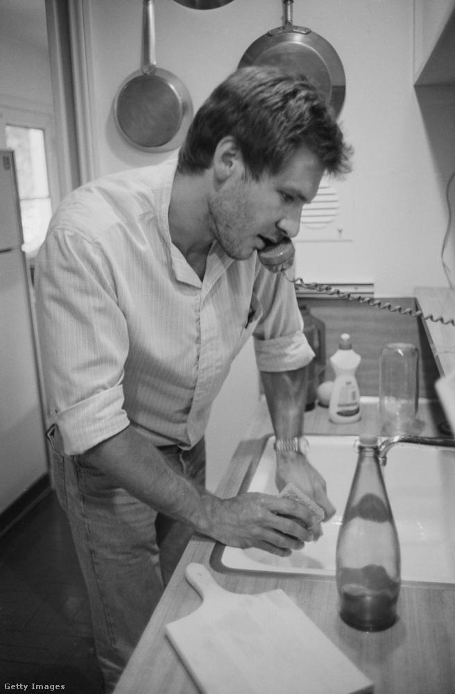 Még egy dátumtalan kép, de Harrison Ford elég fiatalnak tűnik rajta, szóval valószínűleg valamikor a '70-es években lehetett, hogy a színész gyorsan mosogatott egy kicsit telefonálás közben - miközben fényképezték is.