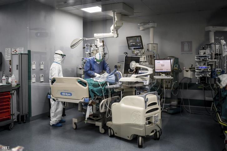 Orvosok műtenek egy koronavírussal fertőzött pácienst a San Matteo kórház intenzív osztályán az észak-olaszországi Paviában 2020. március 26-án. Ebben a kórházban kezelték az egyes számú beteget miután kimutatták nála a koronavírus-fertőzést.