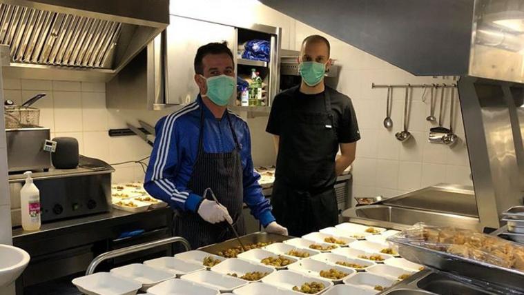 Keve Márton és Varga Dániel önkéntes séfek az utolsó simításokat végzik a Szent László Kórház 100 dolgozójának mai ebédjén. Menü: Medvehagymás mikro-burgonya, mozzarellával és Z'ataaros csirkével, AUM salátával és narancsos - chillis-édes burgonya velutéval.