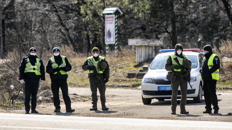 Ukrajna pénteken saját állampolgárai előtt is lezárja a határait