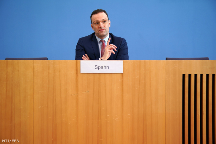 Jens Spahn német egészségügyi miniszter sajtótájékoztatót tart Berlinben 2020. március 26-án.