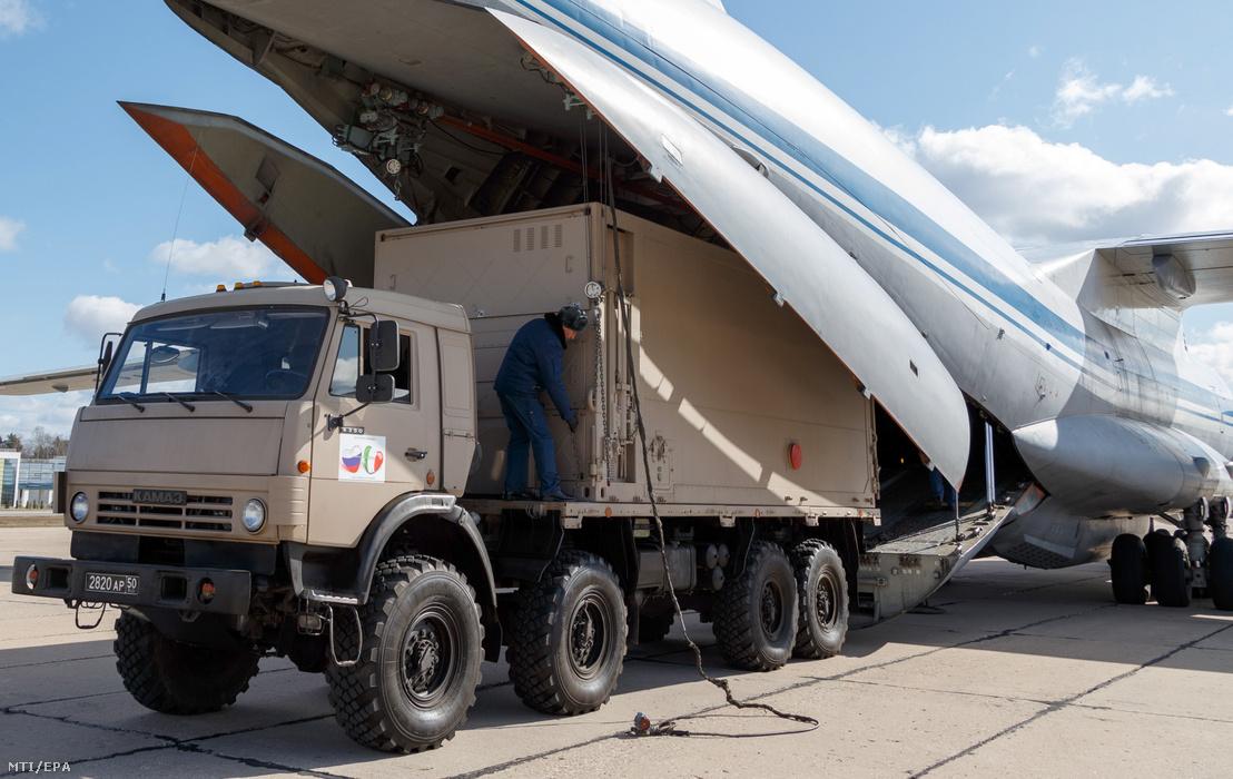 Az orosz védelmi minisztérium felvételén egészségügyi felszerelést rakodnak be egy orosz Il-76-os szállítógépbe a Moszkva melletti cskalovszkiji katonai repülőtéren 2020. március 22-én.