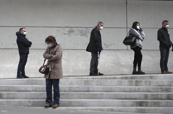 Koronavírustesztre várakozók sorakoznak a marseille-i La Timone kórház előtt 2020. március 23-án.