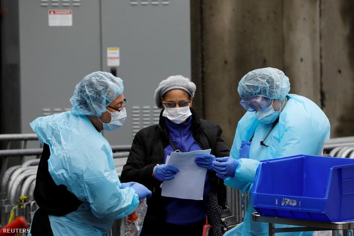 Kórházi dolgozók 2020. március 19-én New Yorkban egy koronavírus-előszűrésre felállított sátor mellett