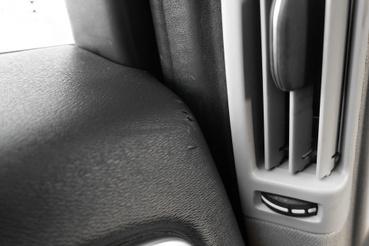 Ilyen apró hámlásokat bárhol találni az autóban. Sokkal nagyobb baj, hogy ez az ajtópanel zörög is