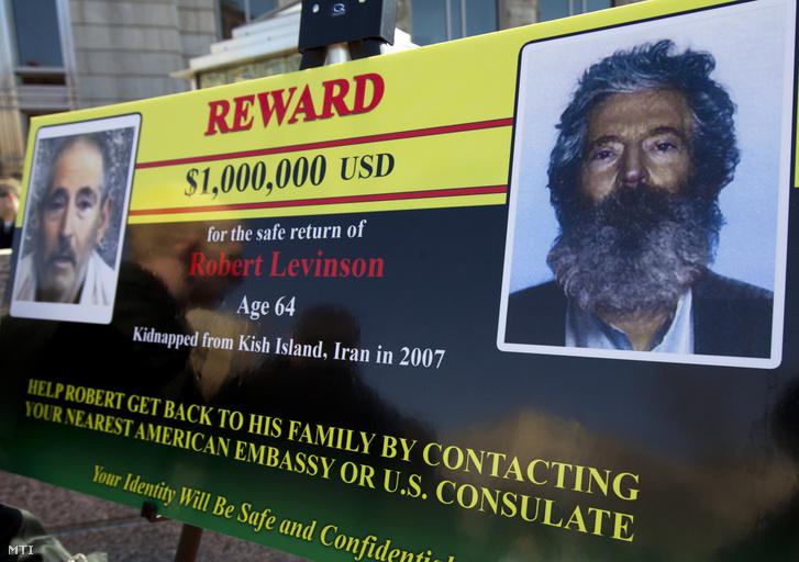 2012. március 6-án Washingtonban készült kép egy óriási hirdetőtábláról amelyen 1 millió dolláros jutalmat ígérnek bármilyen információért Robert Levinson nyugalmazott FBI-ügynökről