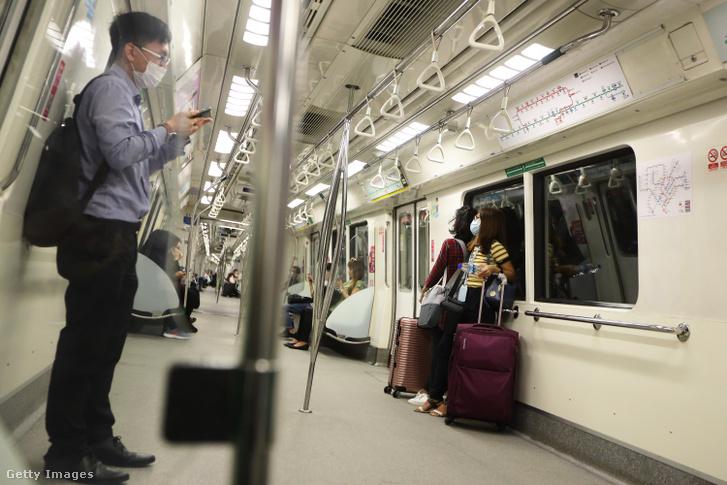 Utasok csomagokkal 2020. március 24-én, Szingapúrban