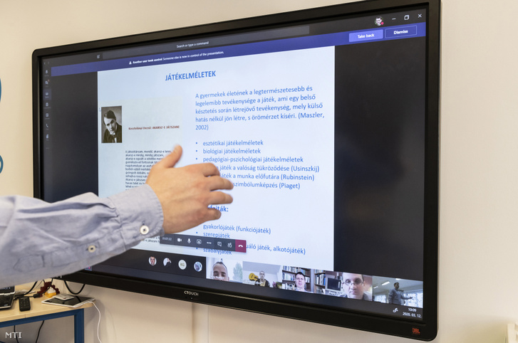 Szabó József Mihály tréner tanár pedagógiai módszertan órát tart távoktatásban a felnőttképzésben tanuló hallgatóknak a Nyíregyházi Egyetem B épületében 2020. március 12-én.