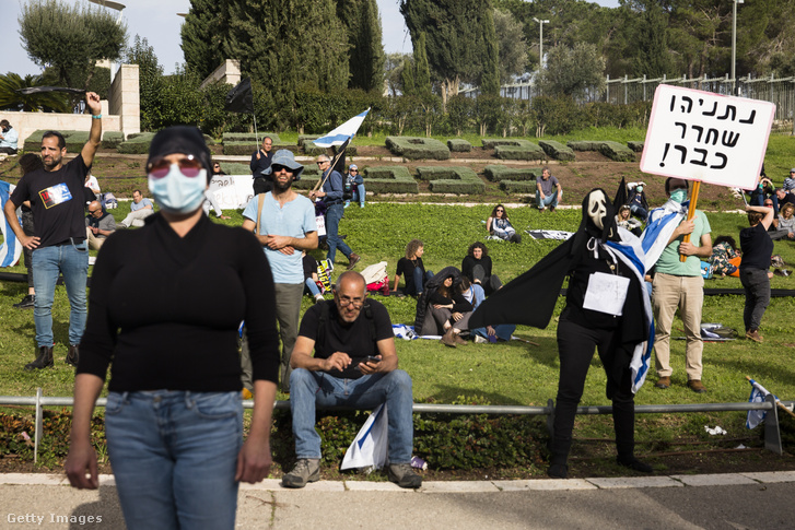 Benjámin Netanjáhu ellen tüntetők az izraeli Parlament épülete előtt 2020. március 23-án