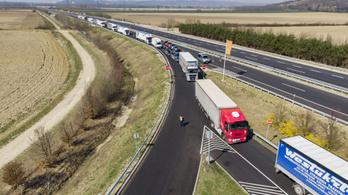 Piros karanténpapírt kap a határon az összes magyar kamionsofőr