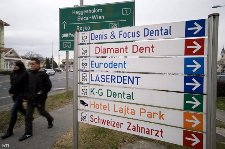 Fogorvosi rendelőket jelző táblák Mosonmagyaróvár belvárosában.
