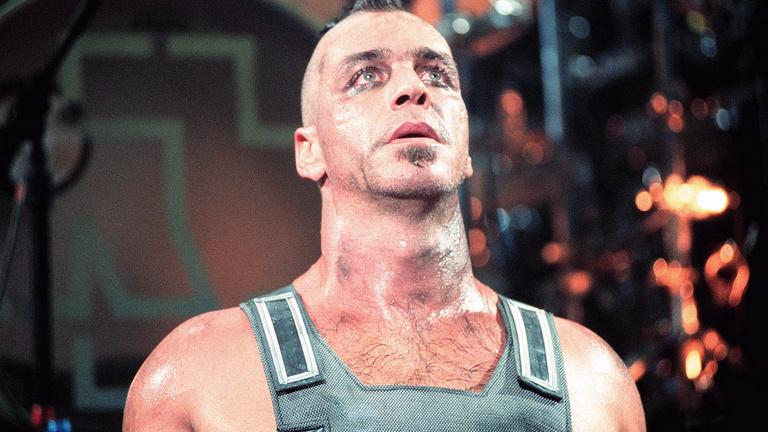 A Rammstein énekese koronavírusos, intenzíven ápolják
