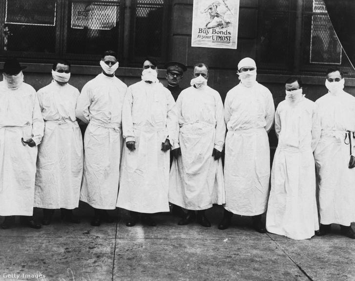 Orvosok és újságírok maszkban és védőruhában a spanyolnátha miatt 1918 körül