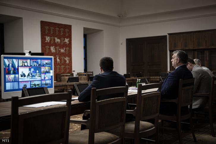 A Miniszterelnöki Sajtóiroda által közreadott képen Orbán Viktor miniszterelnök az EU állam-és kormányfőinek 2020. március 10-i délutáni videokonferenciáján a Karmelita kolostorban amelyet Charles Michel az Európai Tanács elnöke kezdeményezett.