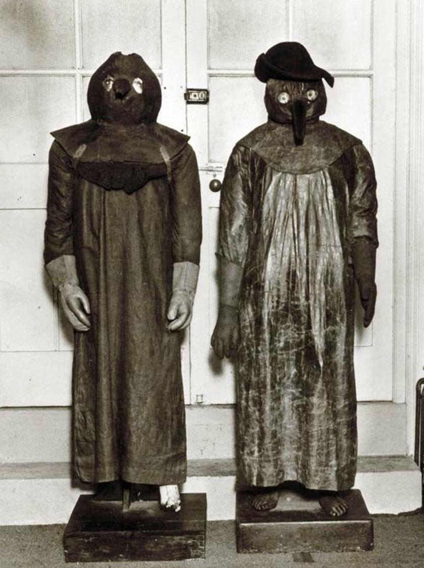 A képen két eredeti orvosi védőöltözet látható a 17. század közepéről, melyeket a nagy londoni pestis alatt viseltek.