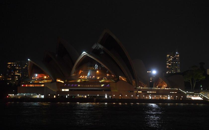 Hosszú expozíciós idővel készített kép a sydneyi Operaházról a Föld Órája nevű akció idején 2017. március 25-én.