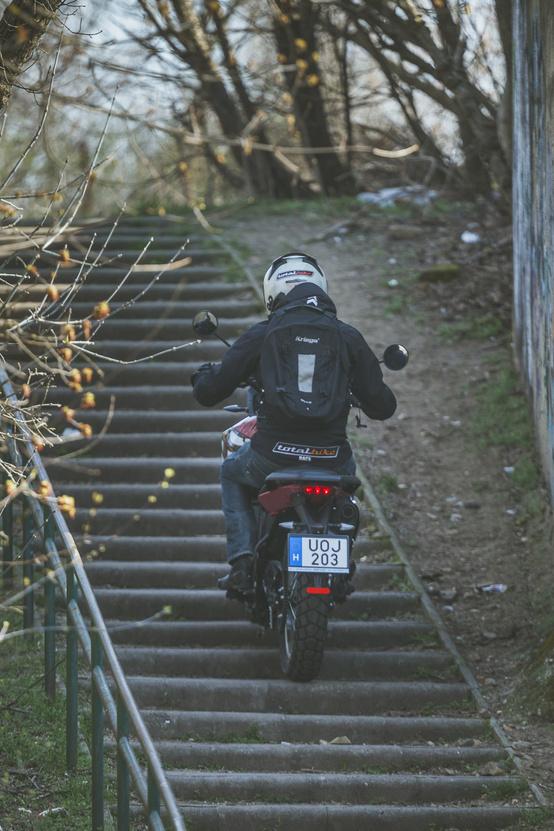Ahol nem lehet nekifutni a meredeknek, ott érezni is, hogy elég hosszúra van áttételezve, a lépcsőn felmászáshoz rendesen bele kellett nyúlnia kuplungba, hogy sikerüljön