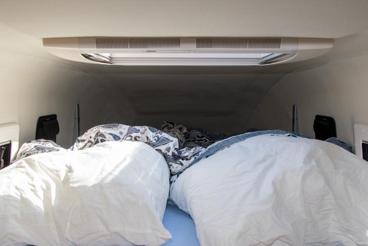 Jó nagy és kényelmes az ágy. Mondjuk felülni nagyon nem tudunk. A párnák az autóban voltak, de nem tudom, ki rakta be (ikeásak), mert kicsit túl nagyok voltak az autóhoz.